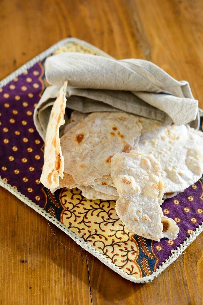 Ho assaggiato per la prima volta il chapati durante il nostro viaggio in Kenya, nel 2014. E voi vi starete chiedendo: cosa ci fa il chapati in Kenya se è un pane tipico della cucina indiana? In effetti, stati africani come appunto il Kenya e la Tanzania hanno risentito molto dell'influenza delle popolazioni indiane, che qui hanno portato anche le loro tradizioni culinarie. Il chapati è nato in India, in particolare nello stato del Punjab, ed è molto diffuso nell'India del Nord, dove v...