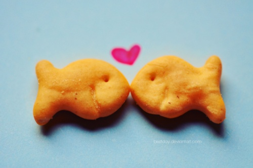 Awww. Such a cute setup of two goldfish crackers.