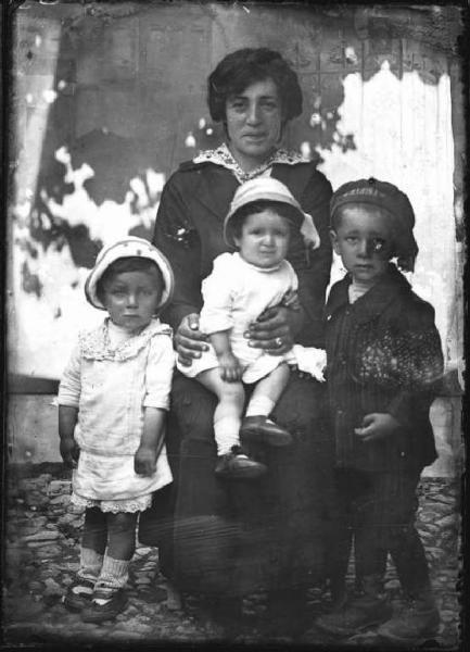 Piazza Brembana. Ritratto di donna con tre bambini