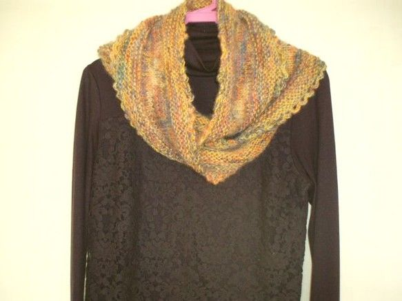2回ひねったスヌードを編みました。段染めモヘア2本と、純毛中細糸の3本取りです。ガーター、メリヤス編み、周りはかぎ針でネット編みです。☆段染め糸 毛     ...|ハンドメイド、手作り、手仕事品の通販・販売・購入ならCreema。