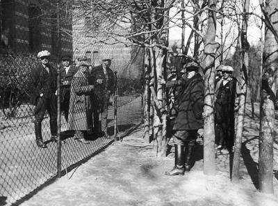 Urząd Emigracyjny w Wejherowie. Grupa osób oczekujących na wyjazd.
