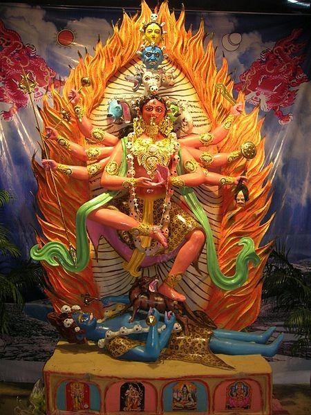 Réplique d'une idole de Gujhyakali vénérée dans un temple du Népal, lors d'un pandémie de Kali Puja à SN Banerjee Road, Kolkata
