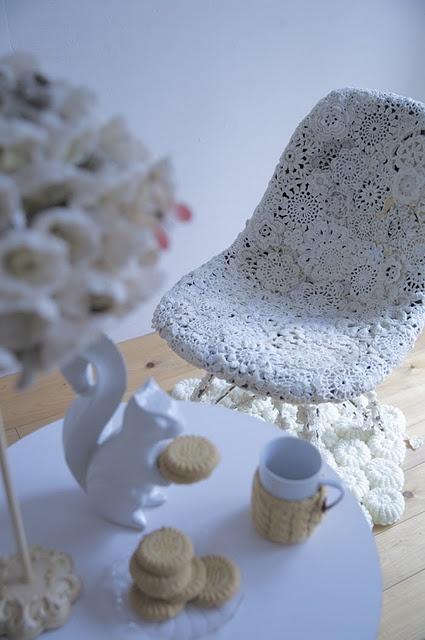 design by Hisashi Hama for Nagahamo Sachiko.   Something to look for in fleemarkets? (The crocheted circles..)