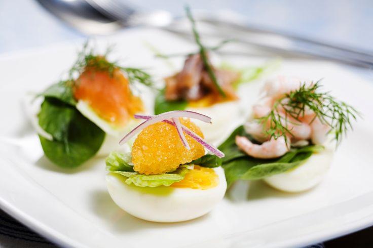 Ägghalvor med räkor, lax och löjrom   Recept från Köket.se