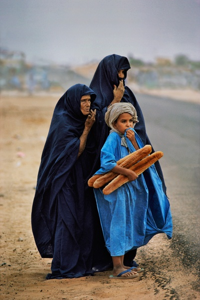 Steve McCurry. A boy with his Mother and Grandmother, Tiguent, Mauritania, 1986