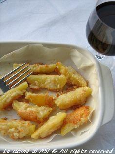 Un contorno strabuono e semplicissimo:spicchi di patate passate in albume montato e parmigiano grattugiato e fatte dorare in forno