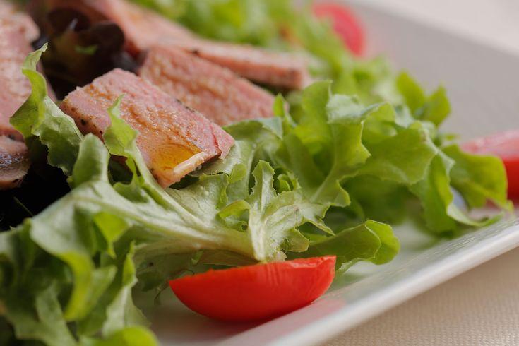 Tagliata di tonno con insalata fresca, pomodoro e olio nuovo