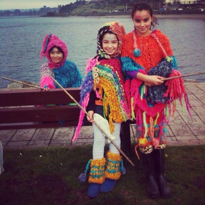 Niñitas luciendo ponchos,polainas y gorros de lana de oveja