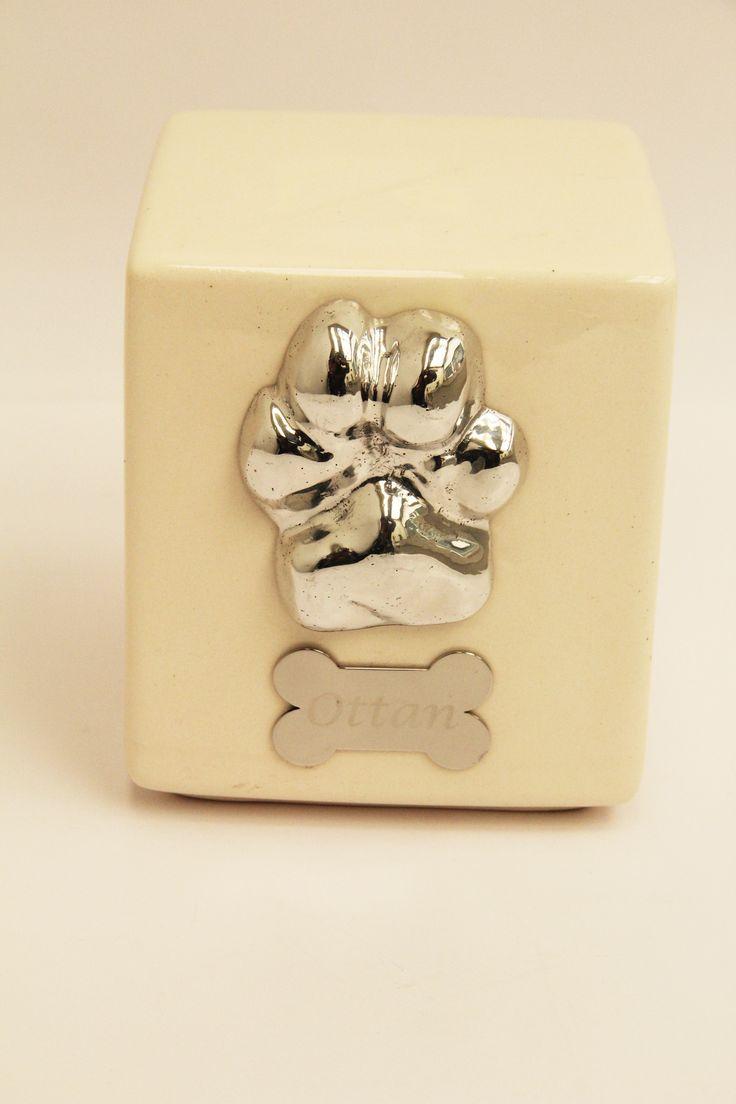 Animal Rest® Personalización de urna Básica de Cerámica de Animal Rest® con la impresión de la huellita original de la Mascota Fundida en Metal.