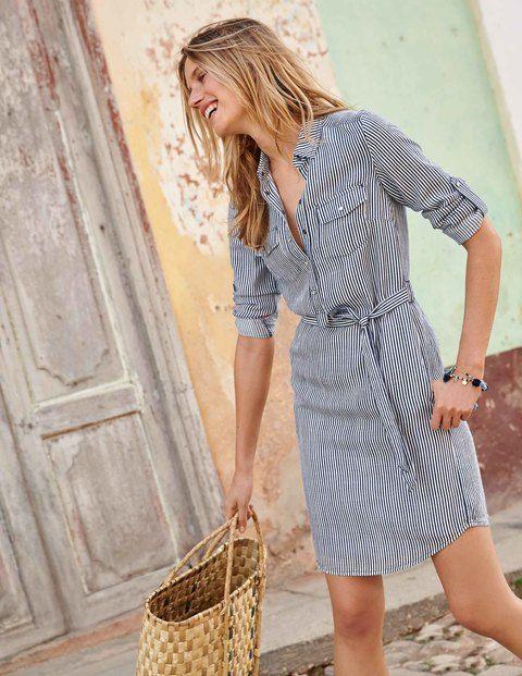 Der rote Teppich erwartet Sie bereits. Wir stellen ein brandneues Design vor: dieses Hemdblusenkleid aus einer luxuriösen Tencel-Leinen-Mischung. Der Workwear-Charme zeigt sich an Druckknöpfen und Brusttaschen und wird in seiner Lässigkeit durch den fließenden Schnitt des Kleids im Vintage-Denim-Look, in Khaki, Drillich mit Streifen oder Faux-Uni mit Tupfen noch unterstützt. Werfen Sie sich eine Lederjacke über und schlüpfen Sie in ein paar flache Schnürschuhe, wenn Sie mühelos schick beim…