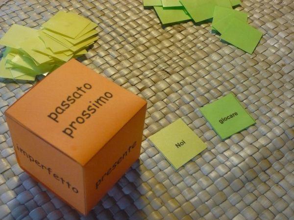 Giochiamo a coniugare il verbo sulla carta secondo il soggetto indicato dall'altra carta e il tempo indicato dal dado.