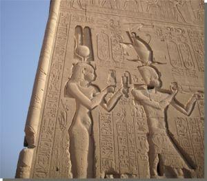 Cleopatra VII en haar zoon Caesarion, Hathortempel, Dendera (foto: A. Viljeer).