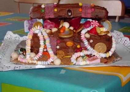 Para una fiesta con tema de piratas o princesas ¿qué tal un pastel en forma de cofre del tesoro? ¡Les encantará!
