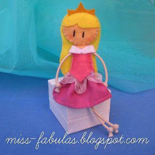 Doll brooch #Sleeping #Beauty handmade in felt. Broche muñeca #Bella #Durmiente hecho a mano en fieltro.