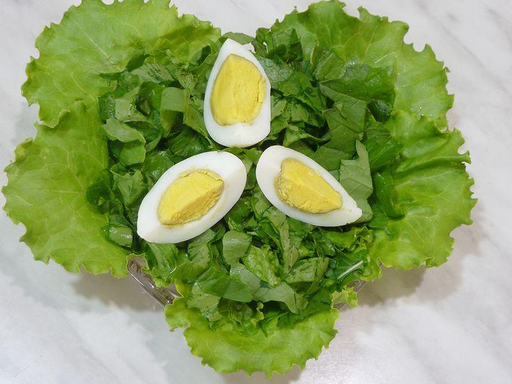 Самый простой рецепт летнего салата из зелени. Подойдет любая листовая зелень: салат, горчица, рукола, капуста и пр. Туда же можно добавить укроп и петрушку. Траву помыть, обсушить, разрезать полосками. Посолить по вкусу. Заправить растительным маслом, сметаной или домашним майонезом. Украсить четвертинками яйца. Видео-рецепт можно посмотреть на моем канале, пройдя по ссылке в описании…