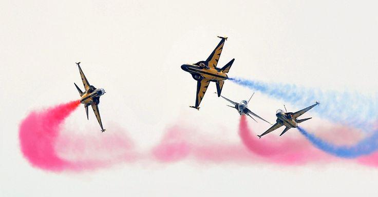 """Equipe """"Black Eagles"""", de acrobacia da Força Aérea sul-coreana, realiza performance em encenação da batalha de Chuncheon, neste sábado (22). Há 63 anos, no início da guerra da Coreia, acontecia a batalha, entre Coreia do Sul e Coreia do Norte, que estão tecnicamente em guerra até hoje Jung Yeon-Je/AFP"""