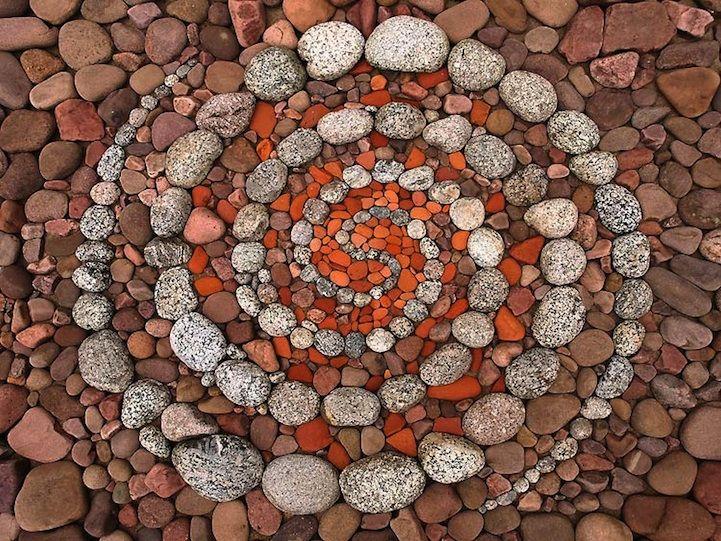 Un artiste crée du land art géométrique avec des pierres et des feuilles