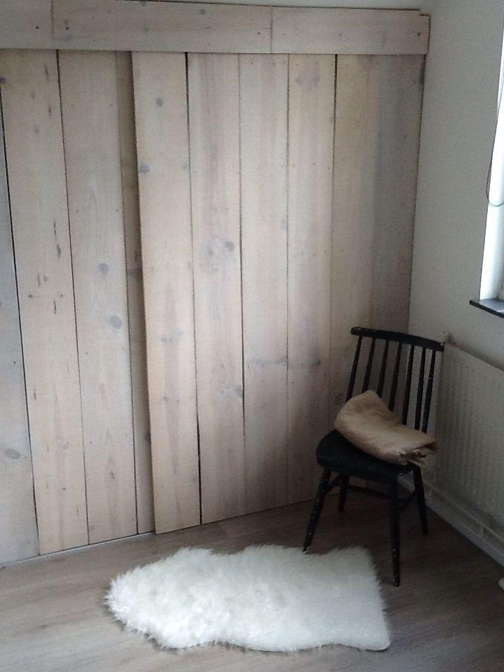 Kledingkast / linnenkast onder schuin plafond - houten schuifdeuren met whitewash