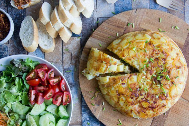 Deze Spaanse tortilla maken we in de AutoCook van Bosch. Met een flinke groene salade en een stokbroodje ...