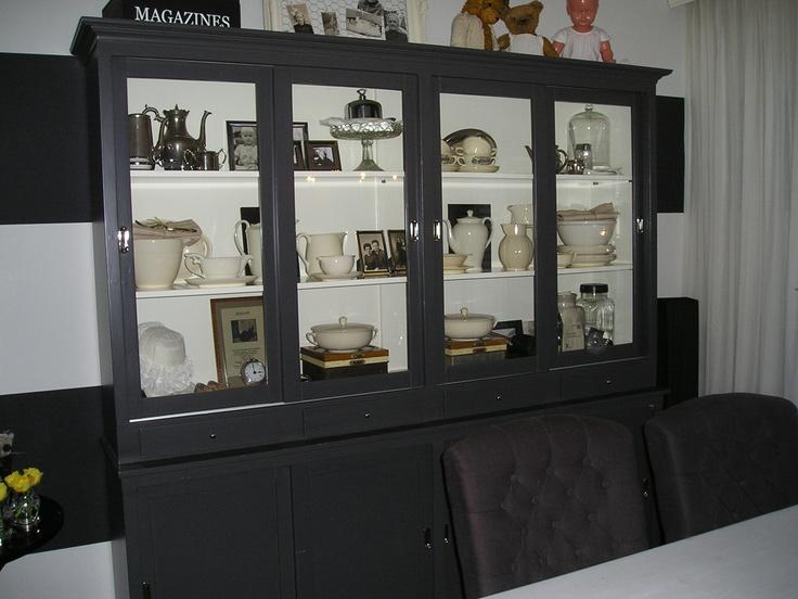 mooie Grijze kast, met crème binnenkant, bijpassende stoelen