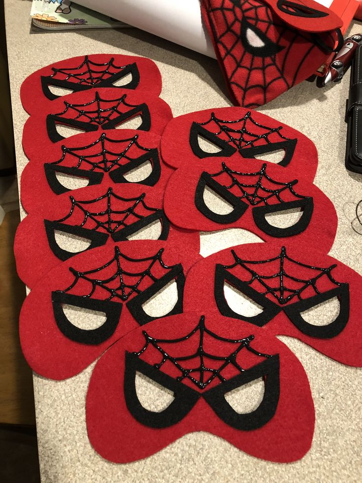 DIY SpiderMan Masks made with simple materials like felt and fabric paint! Avengers Birthday, Superhero Birthday Party, 4th Birthday Parties, Man Birthday, Birthday Party Decorations, Spiderman Theme Party, Spider Man Party, Ideas Decoracion Cumpleaños, Ideas Decoración