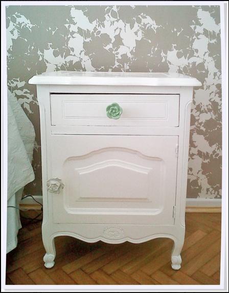 reciclado de mueble mesa de luz antigua laqueada de blanco cambio de tiradores