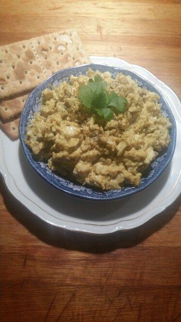 Eiersalade met spelttoastjes. Eieren, zure mayonaise, roze himalaya zout, zwarte peper, verse knoflook, hot curry madras.