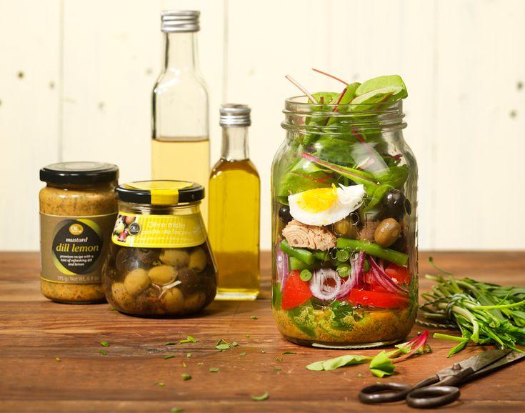 Salade Niçoise is ook buiten Frankrijk een begrip, met de verfijnde combinatie van sperziebonen, tonijn, ei, olijven, paprika, sla en een dille-citroen vinaigrette. Als Salad in a Jar makkelijk mee te nemen.