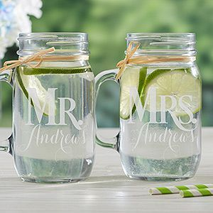 Personalized mason jars for the newlyweds. Mason jars personalizados para la flamante pareja.