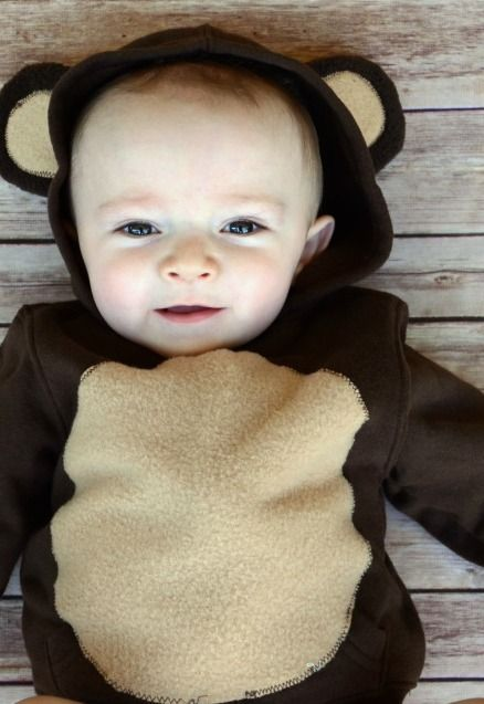 Looking for the perfect baby costume for Halloween? We know that your little one would look absolutely adorable in this DIY little bear costume!