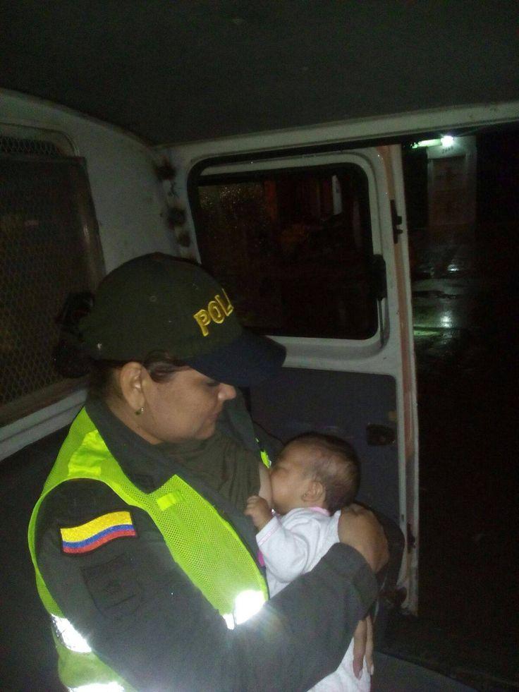 Dicen que todos tenemos un ángel guardián. El de esta bebé que la habían abandonado es una patrullera que en etapa de lactancia no dudó en alimentar a la inocente criatura.