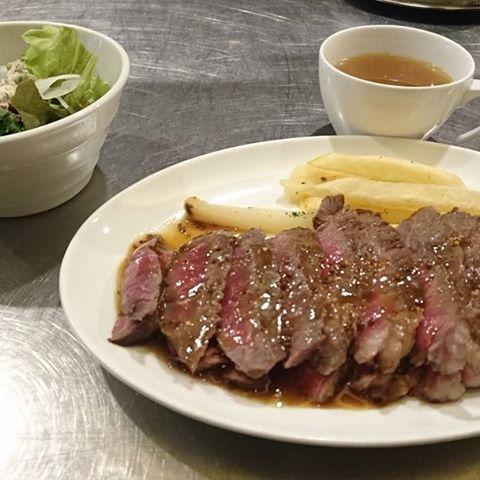身体が弱ってたので、スタミナ注入しました。  広島市中区袋町。「肉バルEG」の「レア・ステーキ ランチ」  個人的には塩コショウで食べたい❗  熟成肉で旨味も充分です。  #広島グルメ #広島ランチ #肉 #ステーキ #広島市中区