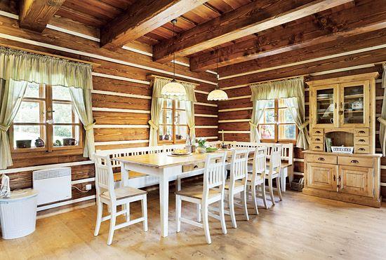 Nábytek ve světnici v druhé chalupě, kterou obývají majitelé, je kombinací probrušované bílé patiny a přírodně hnědého mořidla. Vyrobila firma Ná-byteček