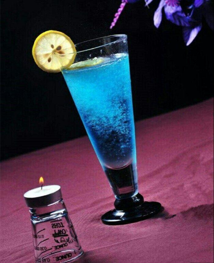 """♧ [postre] ♧ hielo cóctel """"Blue Hawaii"""" en gramos de nieve de la olla, añadir el ron, Blue Curacao licor, leche de coco Shake, filtrarse en vasos fríos y añadir rodajas de piña decoración."""