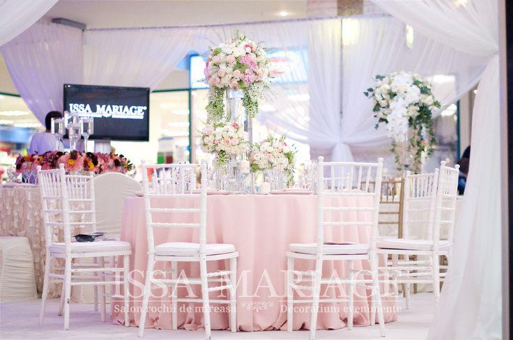 Aranjament sala nunta fata de masa roz pal si scaune chiavari albe IssaEvents 2017
