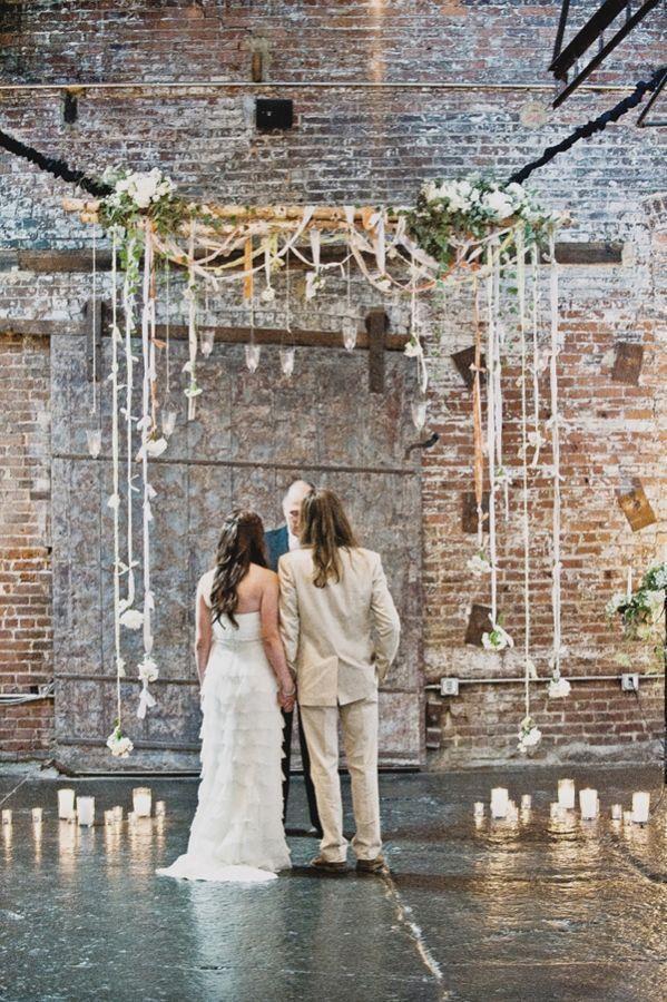 Une cérémonie d'engagement dans un lieu type industriel à la fois vintage et romantique