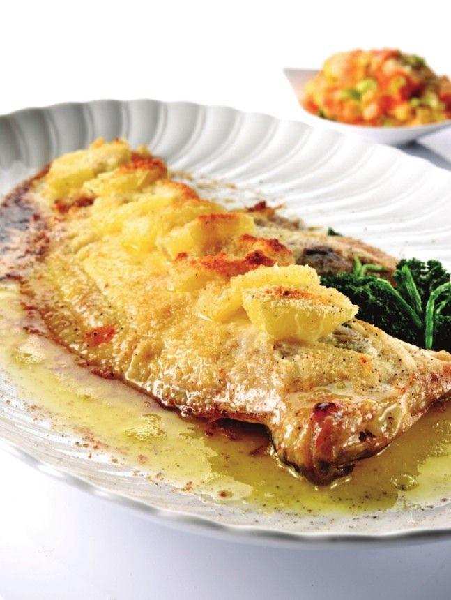 Bereiden: Voor de groentenstoemp: Snijd de aardappelen, de wortelen en de ui in grote stukken. Snijd de savooikool iets fijner. Zet dit alles onder water en breng aan de kook met een snuifje zout. Giet de groenten af als ze gaar zijn. Leg ze terug in de pan en laat er het laatste vocht even op een zacht vuurtje uitstomen. Doe er de room en een kluitje boter bij. Stamp alles fijn met een aardappelstamper. Meng de eierdooier met een laatste restje room, roer die ook onder de stoemp en werk af…