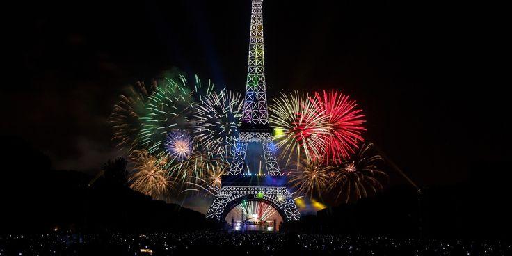 Feu d'artifice du 14 Juillet au Champ de Mars : vidéo : http://culturebox.francetvinfo.fr/live/autres-scenes/feu-dartifice-du-14-juillet-au-champ-de-mars-158575
