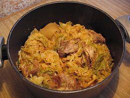 cassoeula :Gli ingredienti principali della cassoeula sono le verze, che la tradizione prevede vengano utilizzate solo dopo la prima gelata, e le parti meno nobili del maiale, come la cotenna, i piedini, la testa e le costine.