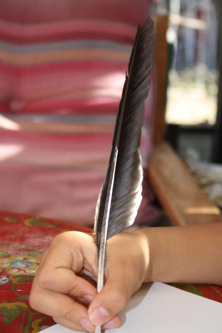 Plumas naturales, muy ligeras y suaves de trazo. http://www.hullitoys.com/1758-waldorf-papeleria-escritura-estilograficas-caligrafia-pluma-de-pavo-real.html