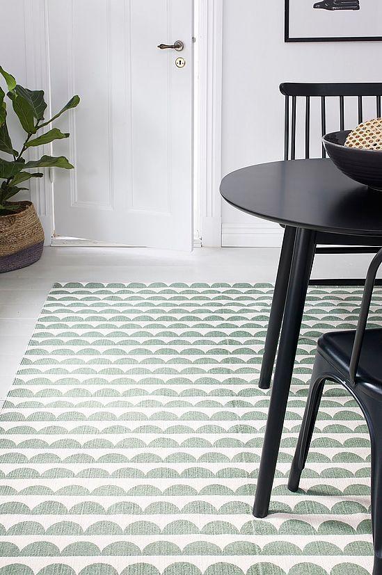 med trykt, retroinspirert mønster. For økt sikkerhet og komfort, bruk et antigliteppe for å holde teppe på plass. Antigliteppet finnes i flere ulike størrelser.
