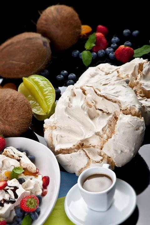 Meringue with coffe and fruit / Beza z owocami i kawą