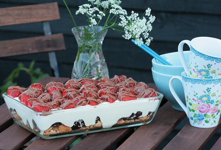 Sommerdessert med floedeboller og jordbaer. Lav etv. bare guf af hvider og varm sukkerlage, i stedet for floedeboller og tilsaet evt. smaa chokoladestykker.