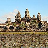 Em meio à floresta do Camboja o Império Khmer construiu na antiga capital Angkor sua mais preciosa joia: Angkor Wat. Abandonado e desconhecido, o templo de Angkor Wat permaneceu habitado durante séculos apenas pelos monges budistas e alguns aldeões que nada sabiam contar de sua história para os ocidentais que ali chegaram no século XIX. Hoje é um dos destinos mais visitados no mundo.