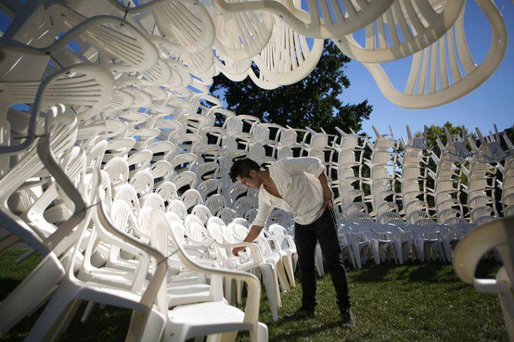 Инсталляции из пластиковых стульев