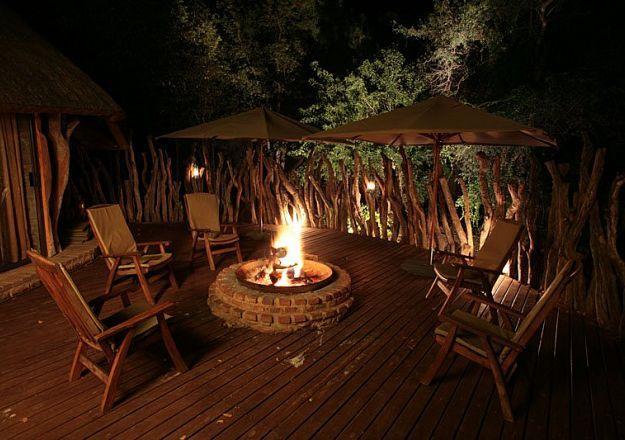 Bivack Bush Safari het 'n wonderlike vreugdevuur waar jy die aande in goeie geselskap kan deurbring.