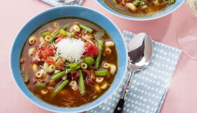 Die Rote Minestrone ist eine typisch italienische Gemüsesuppe mit Tomaten, Bohnen und Sellerie. Die rote Farbe bekommt die Suppe dabei vom Tomatenmark