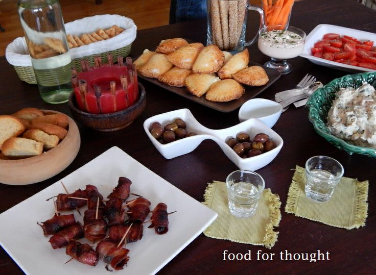 Τσίπουρο με φίλες (τυροπιτάκια, δαμάσκηνα με μπέικον, ελιές, κοτοσαλάτα, ντοματίνια, κριτσίνια, ντιπ καπνιστού σολωμού)  http://laxtaristessyntages.blogspot.gr/2014/04/damaskina-me-beikon.html