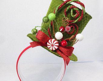 Dimenticate le corna di renna noioso questanno – aggiungere questa fascia adorabile, wacky-cattivo gusto al vostro ensemble per brutto maglione parti o semplicemente per ottenere qualche risata!  Qui è un elfo di Natale malizioso in calze di menta piperita, che tiene avvolti regali e albero luci/lampadine. Colori caramella tutte in divertimento.   Acquista 3 o PIÙ fasce per 15% di sconto il tuo ordine: utilizzare coupon DAZZLE al check-out. * * *  – – – SPEDIZIONE / POLITICHE – – – ...