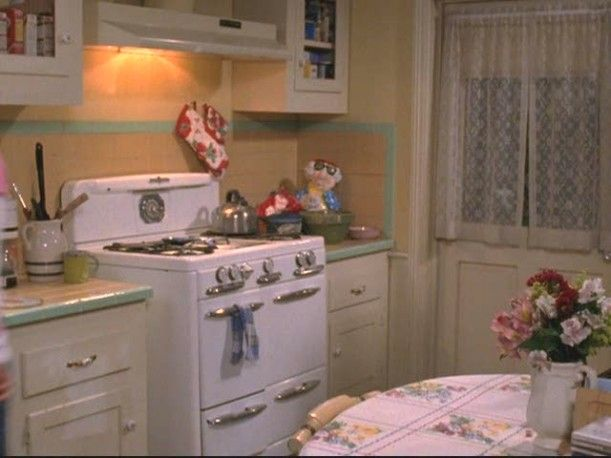 Gilmore Girls. Lorelai's retro kitchen. According to the set designer, this was a challenging job.